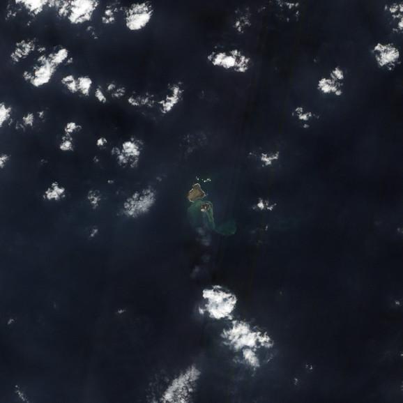 Novo vulkansko ostrvo oko koga je voda promenila boju, snimak iz satelita
