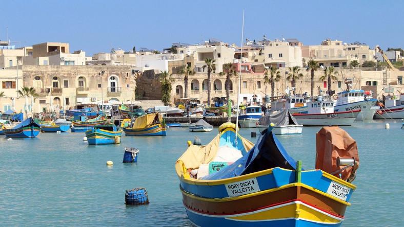 Malta to należące do Unii Europejskiej wyspiarskie państwo-miasto położone w Europie Południowej, na Morzu Śródziemnym, 81 km na południe od Włoch. Przepiękne plaże, malownicze miasteczka, liczne zabytki i 300 słonecznych dni w roku sprawiają, że kraj ten jest tłumnie odwiedzany przez turystów z całego świata.