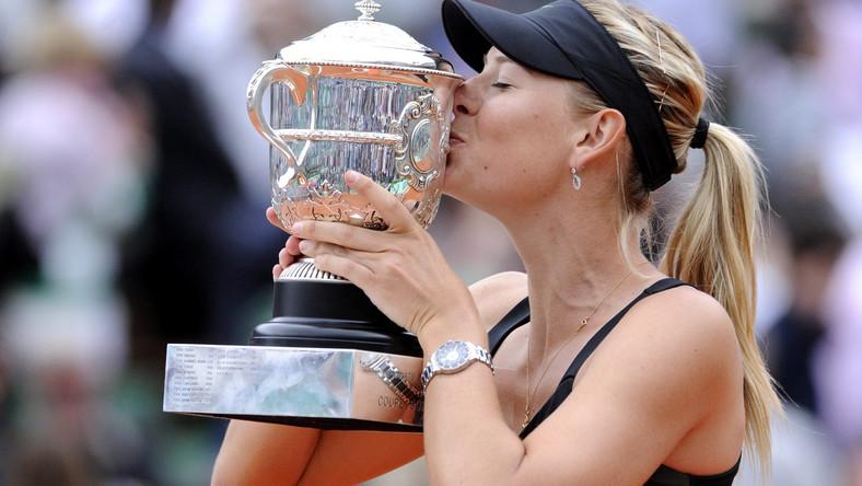 Rosjanka z trofeum po wygraniu French Open