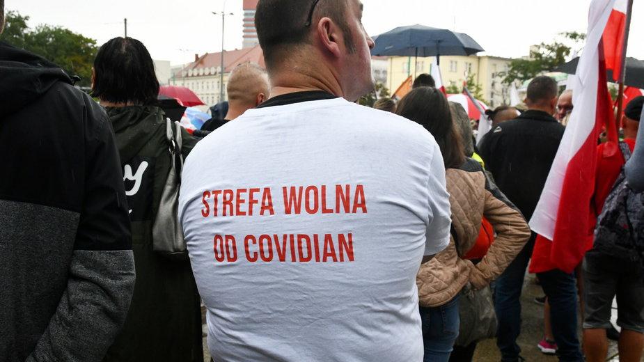 Jeden z uczestników marszu przeciwników przymusowych szczepień w Poznaniu