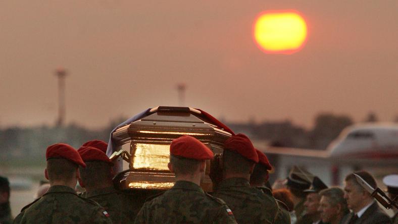 Żołnierze niosą trumny z ciałami ofiar katastrofy smoleńskiej, fot. PAP/Radek Pietruszka