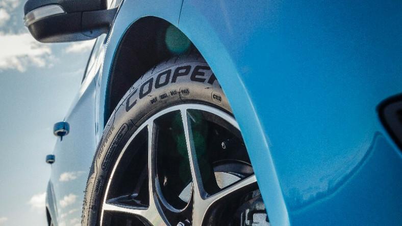 Ford focus jest najpopularniejszym samochodem na świecie - tak wynika z najnowszego raportu firmy Polk badającej rynek motoryzacyjny. Analiza liczby zarejestrowanych nowych aut wykazała, że w 2013 roku w ujęciu globalnym kompaktowy focus trafił w ręce 1 097 618 osób - to zdaniem analityków czyni go najlepiej sprzedającym się samochodem pod słońcem. To o ponad 8 proc. więcej niż w 2012 roku - 1 014 965 sprzedanych egzemplarzy. Ta informacja zbiegła się w czasie z premierą nowego focusa w wersji 4-drzwiowej - oto czym będzie kusić kierowców nowy sedan…