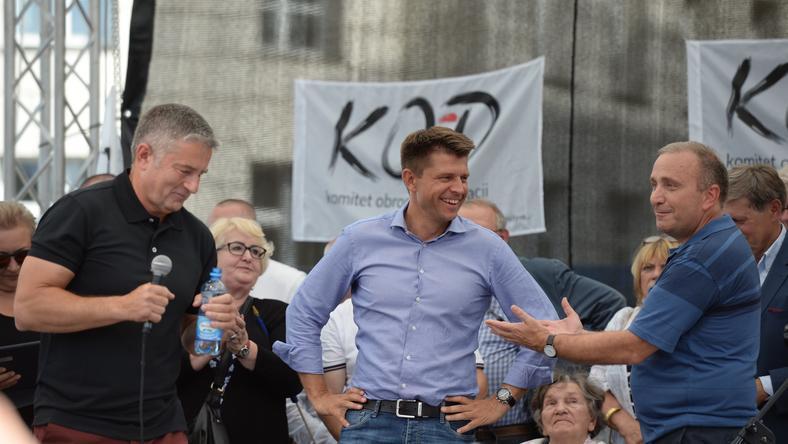 W dzisiejszej demonstracji uczestniczyli m.in. Władysław Frasyniuk, Grzegorz Schetyna oraz Ryszard Petru