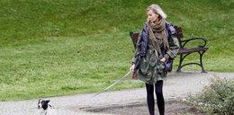Szulim z psem na spacerze. Zobacz, jak o niego dba