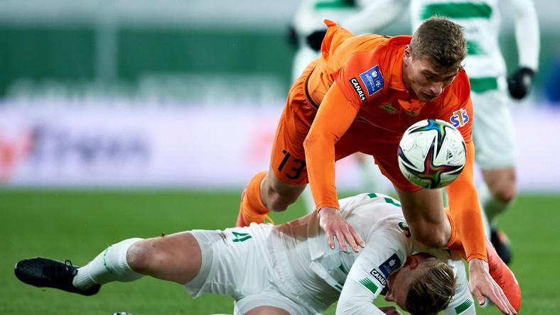 Piłkarz Lechii Gdańsk Kristers Tobers (dół) i Karol Podliński (góra) z KGHM Zagłębia Lubin podczas meczu Ekstraklasy