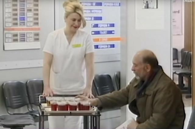 Ljubazni zaposleni nude čaj pacijentima