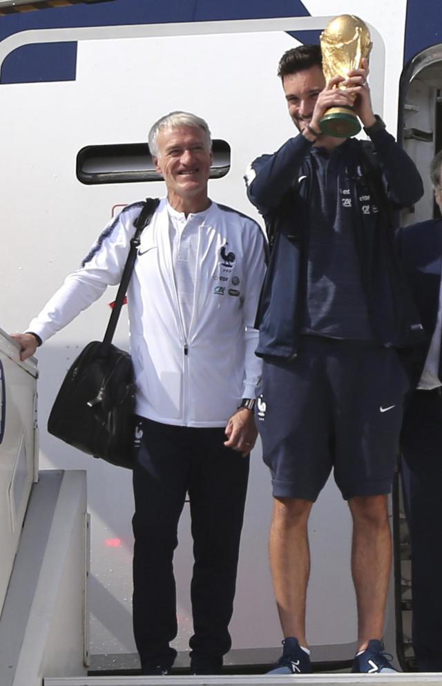 Didije Dešan i Ugo Ljoris su prvi izašli iz aviona