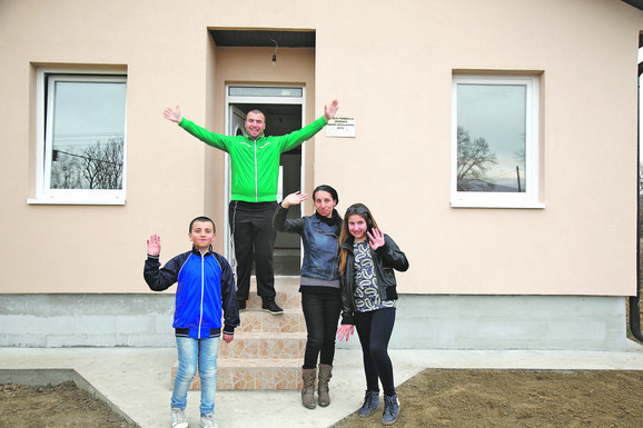 """Porodica Maksimović iz Vraneša kod Vrnjačke Banje iz stare, memljive i u poplavama uništene kuće uselila se u novu kuću koju im je uz pomoć donatora sagradila """"Blic fondacija"""""""