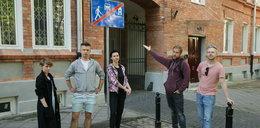 Mieszkańcy zabytkowej Kolonii Wawelberga pukają się w czoło. Dla kogo ten znak?
