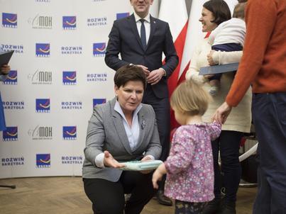 O poszerzeniu programu 500 plus w poniedziałek poinformowała Beata Szydło