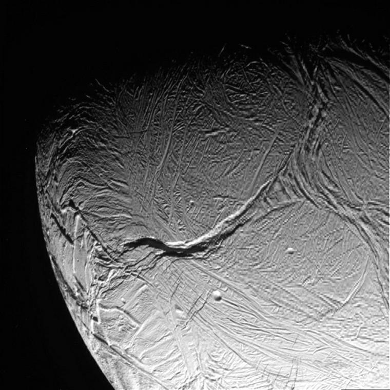 Powierzchnia Enceladusa sfotografowana przez sondę Cassini