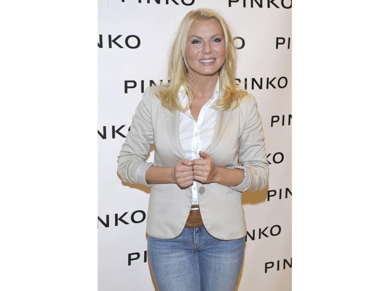 Karolina Nowakowska nie ma jeszcze 30 lat, a wygląda dużo poważniej.