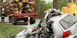 Horror na drodze! Bale drewna zabiły mężczyznę. Kobieta w ciąży ranna