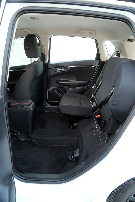 System Magic Seats pozwala na przewożenie dużych gabarytów. Wystarczy tylko unieść siedzisko kanapy i złożyć podpórkę. Tylne drzwi otwierają się pod kątem prostym