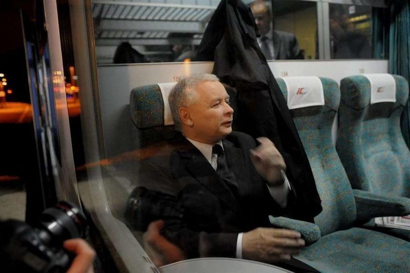 """Kaczyński widział """"tuskobus"""" z pociągu?"""