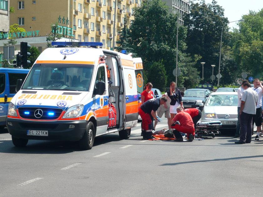 karetka i ratownicy podczas wypadku