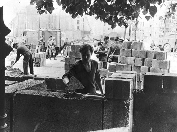 Radnik gradi Berlinski zid. Sliku je načinio fotograf agencije Piter Hilebreht, koji je bio na zadatku u Berlinu tog dana kad je počela izgradnja, 13. avgusta 1961, i bio je jedan od prvih fotografa koji je ovekovečio ovaj istorijski događaj.
