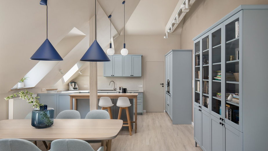 Mieszkanie na poddaszu w odcieniach błękitu