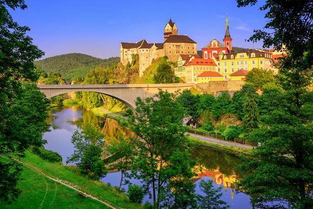 1. Karlowe Wary To najpopularniejsze uzdrowisko w Czechach. Słynie z 12 gorących źródeł, w których można zażyć relaksującej kąpieli w temperaturze od 40 do ponad 70 stopni Celsjusza. Najgorętsze z nich to Vridelni. Znajduje się w nim słynny gejzer, który co minutę wyrzuca na wysokość 12-15 metrów słup wody o temperaturze 72 stopni Celsjusza. Do najpiękniejszych gorących źródeł zaliczana jest Sadova wykuta z żelaza według projektu wiedeńskich architektów i Mlynska Kolonada otoczona marmurowymi arkadami. Urokliwy klimat tego miejsca tworzy malowniczy krajobraz składający się z licznych zalesionych pagórków. Miasto tętni również życiem kulturalnym. Od 1946 roku odbywa się w nim międzynarodowy festiwal filmowy, a także festiwal muzyczny Mozart i Karlowe Wary oraz Karlowarska Jesień Dvoraka. Od 1807 roku produkowany jest tutaj słynny czeski ziołowy likier Becherovka. Do najpopularniejszych zabytków należy kościół św. Marii Magdaleny, dzieło Kiliana Ignaza Dientzenhofera, kościół św. Andrzeja, prawosławny kościół św. Piotra i Pawła, Teatr miejski i kolumnada Młyńska.