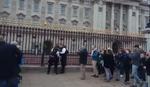NE MOŽE KOD KRALJICE Britanka pokušala da uđe u kraljevsku palatu PREKO OGRADE