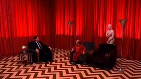 "Laura Palmer i agent Cooper na plakatach ""Miasteczka Twin Peaks"""