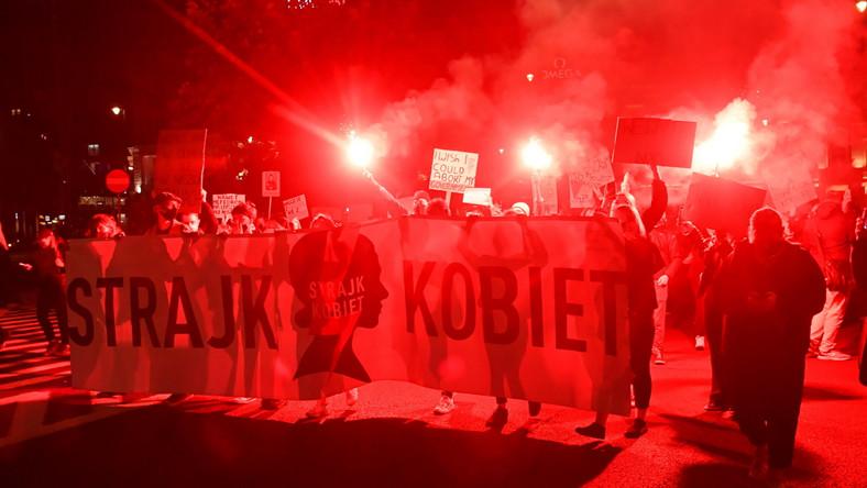 Uczestnicy protestu przeciwko wyrokowi Trybunału Konstytucyjnego, zaostrzającemu prawo aborcyjne, blokują ulice Warszawy