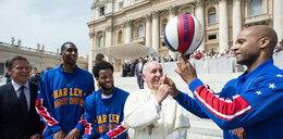 Papież Franciszek koszykarzem Harlem Globetrotters! ZOBACZ