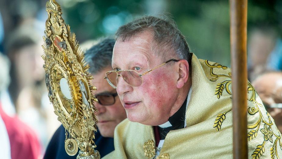 Ks. Roman Kneblewski. Politycy KO chcą, by Kościół ukarał duchownego