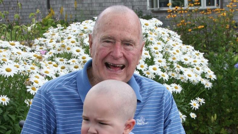 George Bush ogolił głowę w geście solidarności z chorym chłopcem