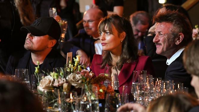 Lejla Džordž sa Šonom Penom i Leonardom Dikparijem u januaru ove godine na svečanosti u Los Anđelesu