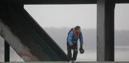 Młody mężczyzna na moście w Warszawie