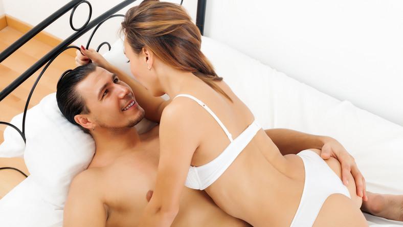 """Mit 1: orgazm u mężczyzny jest zawsze równoznaczny z wytryskiem. Fakt: niektórzy mężczyźni przeżywają tzw. suchy orgazm, czyli w momencie szczytowania nie mają ejakulacji. Podobnie działa to """"w drugą stronę"""": wytrysk nie musi oznaczać orgazmu"""