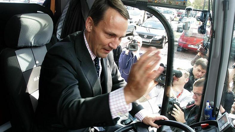 Radosław Sikorski w wyborczym autobusie Donalda Tuska
