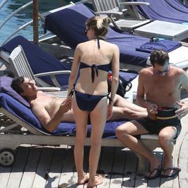 Antonio Banderas zabrał dziewczynę na plażę. Gorące fotki!