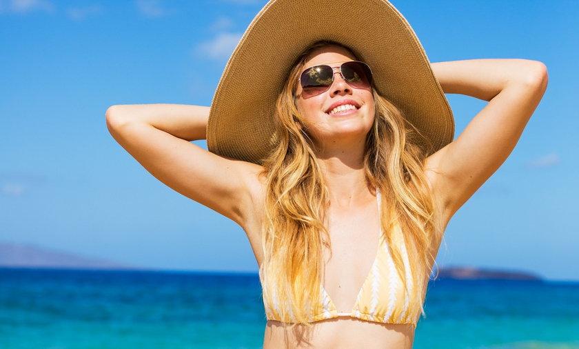 Oczy też mogą dostać w kość od słońca, i to solidnie. Brak okularów przeciwsłonecznych na twarzy grozi zatem bólem oczu, pieczeniem, a nawet przejściowym niedowidzeniem.