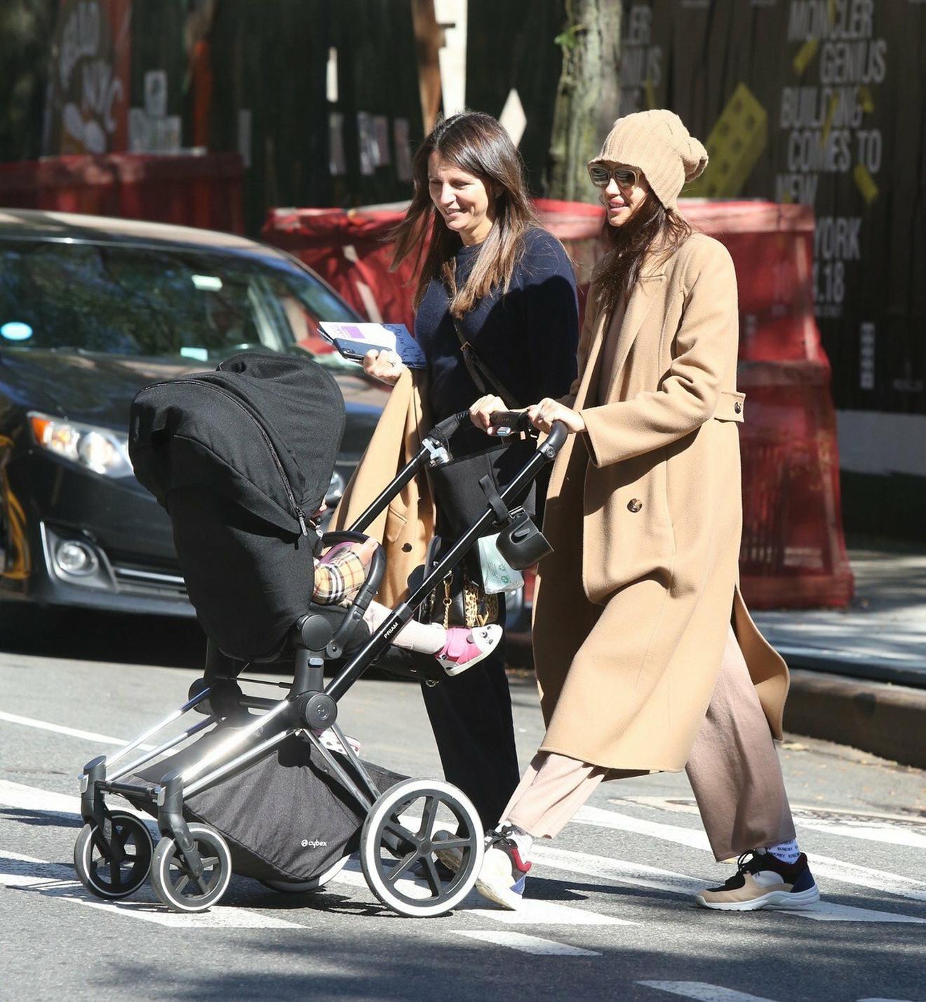 Irina Šajk u šetnji sa ćerkicom
