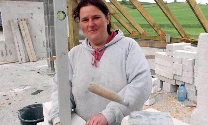 Kobieta muruje dom