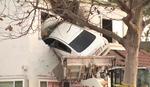 KAKO JE USPEO? Vozač se zakucao u DRUGI SPRAT KUĆE i prošao bez povreda (VIDEO)