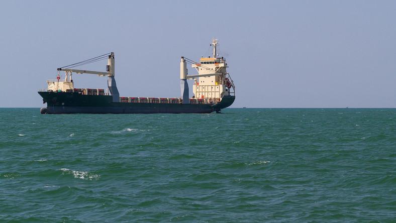 Statek na oceanie