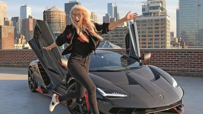 Alex Hirschi. Kim jest wpływowa blondynka za kierownicą