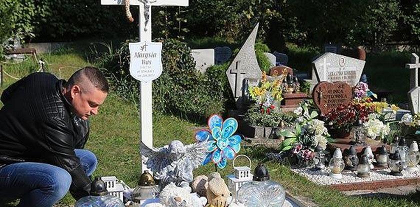 Szczyt bezduszności! Ukradli z grobu małej Marysi jej ulubione zabawki