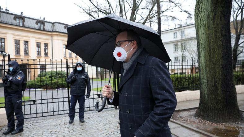 Adam Bodnar przed siedzibą Trybunału Konstytucyjnego w Warszawie