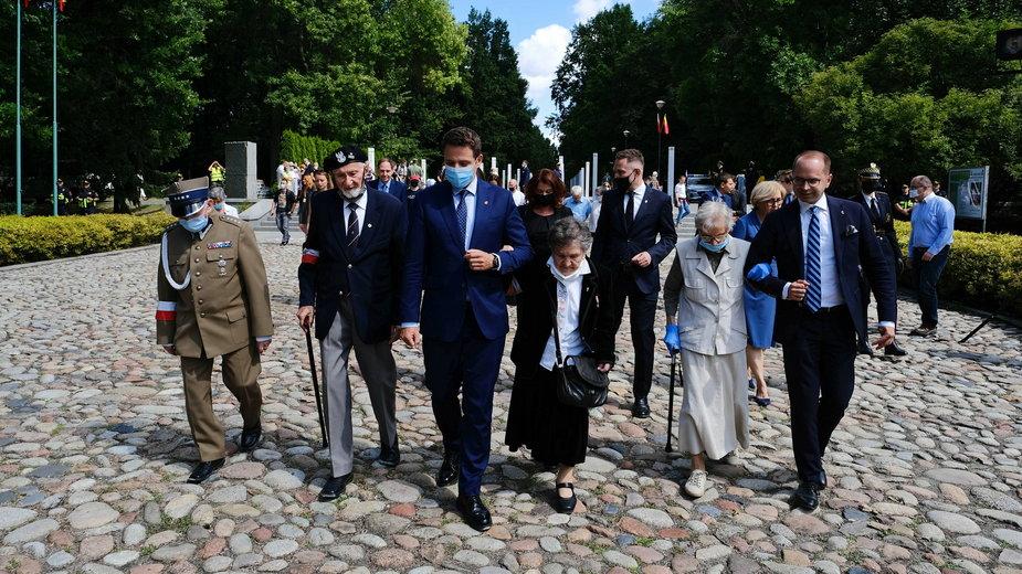 Prezydent Warszawy Rafał Trzaskowski w towarzystwie powstańców