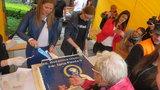 Wiceburmistrz kroiła tort z wizerunkiem Jana Pawła II. Mieszkanka zawiadomiła policję