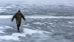 Strażacy radzą, jak się zachowywać wchodząc na lód