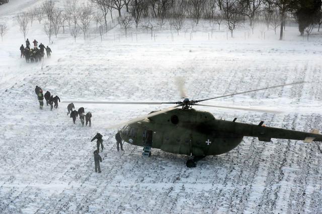 Vojni helikopteri u akciji spasavanja zavejanih građana