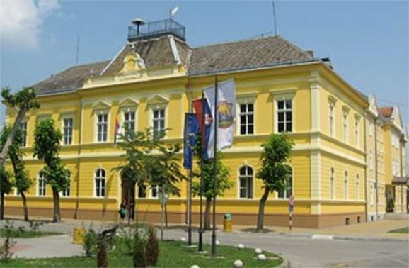 Razočaranje postupkom raspodele:Zgrada opštine Bač