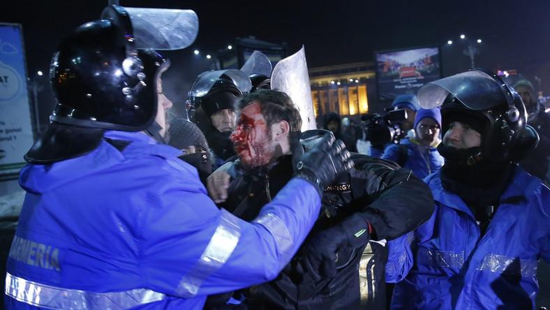 """""""Złodzieje"""", """"Hańba"""", """"Dymisja"""" - skandowali uczestnicy demonstracji w stolicy Rumunii. Władze nie podały swoich szacunków liczby uczestników, ale zdaniem rumuńskiego portalu HotNews, była to """"największa manifestacja w Bukareszcie od 25 lat"""". Masowe demonstracje, mimo panujących mrozów, odbyły się także w miastach: Kluż Napoka (20 tys. osób według AFP), Timisoara (ok. 15 tys.) i Sybin (Sibiu) (ok. 10 tys.), a także w mniejszych miejscowościach."""