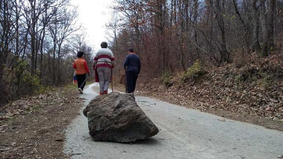 Kamenje koje je bilo postavljeno na putu