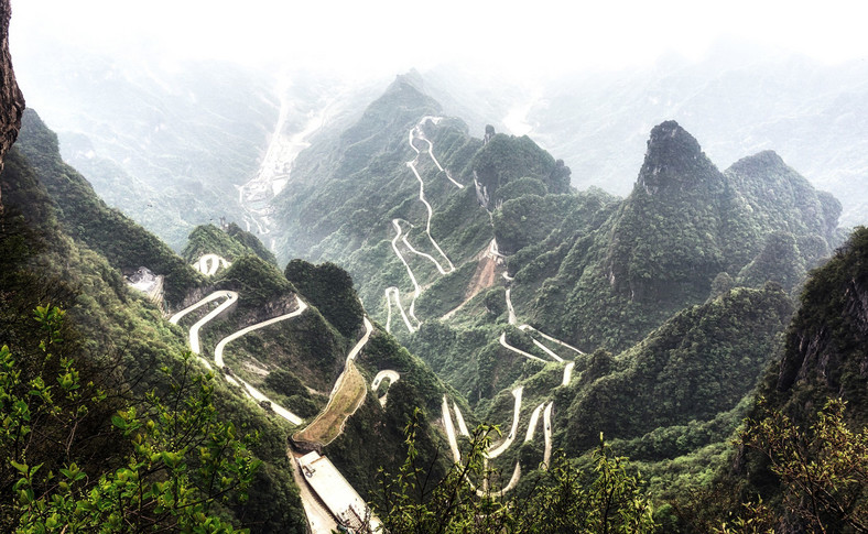 Tianmen Mountain Big Gate Road liczy około 11 km długości i przez 99 nawrotów pokonuje 1100 m wzniesienia
